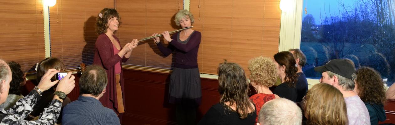 Tijdens een optreden in café restaurant Oortjeshekken, met publiek
